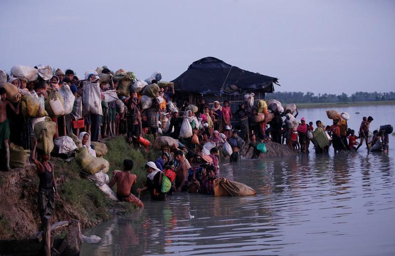 Rohingya refugees walk after crossing the Naf River at the Bangladesh-Myanmar border in Palong Khali, near Cox's Bazar, Bangladesh November 1, 2017