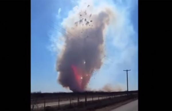 大量の花火を爆発させたらマイケル・ベイ映画ばりにスゴすぎると話題に【動画】