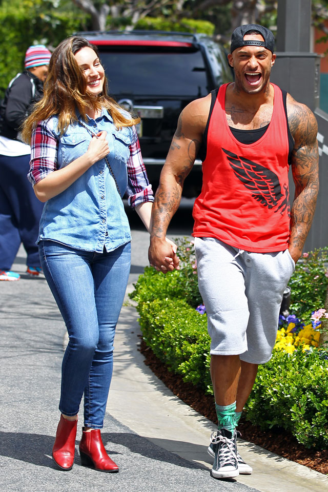 LOS ANGELES, CA - APRIL:  Kelly Brook and David McIntosh are seen shopping on April 4, 2014 in Los Angeles, California. (Photo by JB Lacroix/GC Images)
