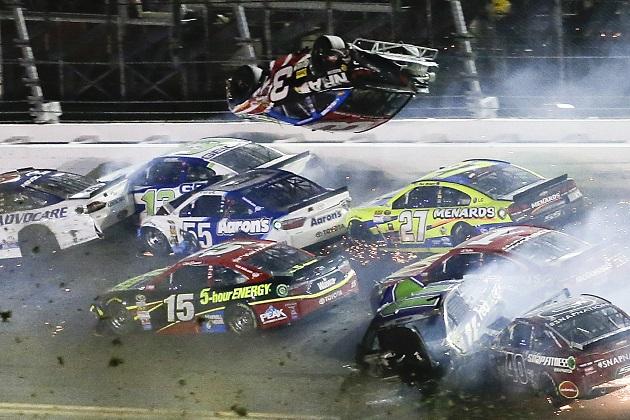 NASCARの最終ラップで大クラッシュが発生! アーンハートJr.の優勝があやうく台無しに