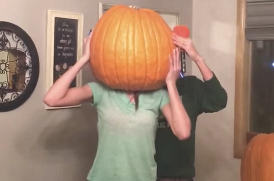 【ハロウィンの悲劇】かぼちゃをかぶって「抜けない地獄」を味わったお姉ちゃんが話題に