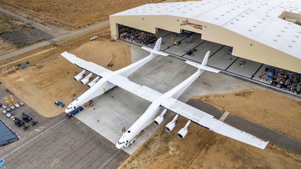 El avión más grande del mundo tiene un ala como un campo de fútbol y ya está listo para volar