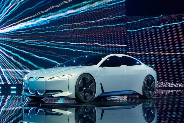 BMW、近い将来に「i5」として市販化する電動4ドア・クーペのコンセプトをフランクフルトで発表