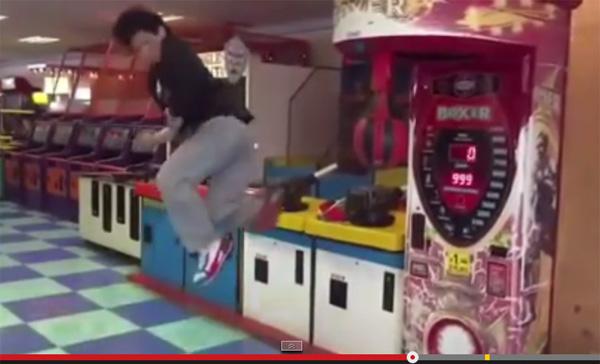 ゲーセンに現れた「回転蹴り男」の映像にネット上からは冷ややかな声