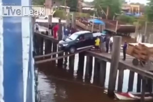 【ビデオ】薄くてたわむ板の上を渡ってフェリーに乗り込む、命知らずなピックアップ・トラック