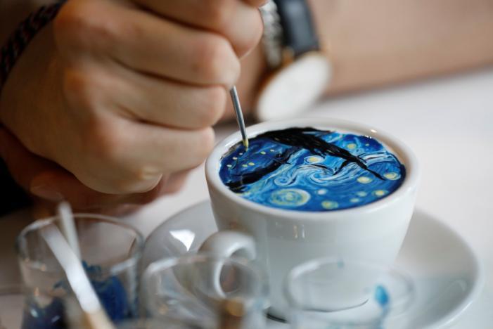 Este camarero de Seúl eleva la decoración de los cafés al arte... literalmente