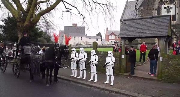 熱烈なスター・ウォーズファンが死去、葬儀にストーム・トルーパーが参列
