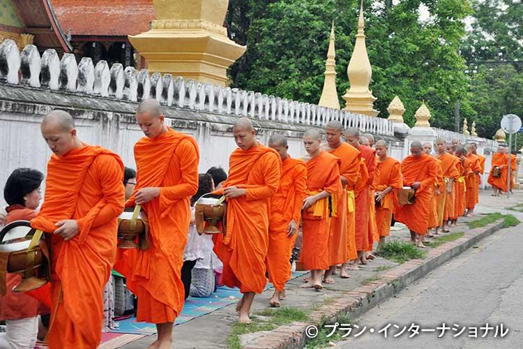 托鉢をする僧侶たち