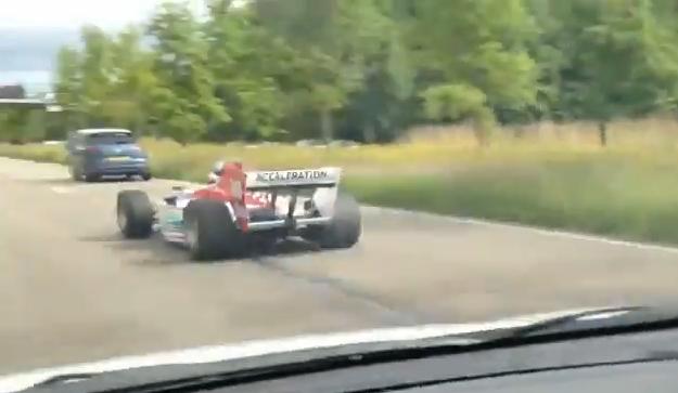 【ビデオ】元F1ドライバーがフォーミュラカーで公道を駆け抜ける!