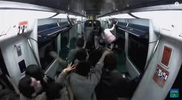 女性が泣き叫ぶ!地下鉄に大量発生したゾンビの本気すぎるドッキリが失禁レベル