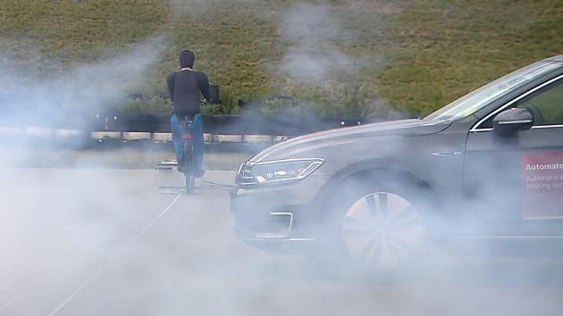 ボッシュ、霧の中でもサイクリストを検知する新しいブレーキシステムを発表
