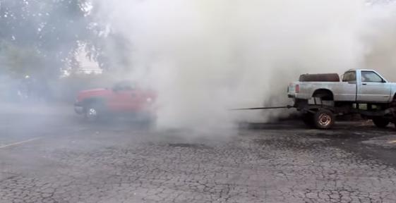 世界のバカ対決!パワー系の車同士で綱引きをするクレイジー男気軍団【動画】