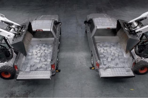 【ビデオ】シボレー「シルバラード」とフォード「F-150」どちらがタフ? 荷台に大量の石を落として強度を比較