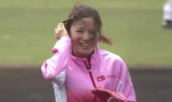 可愛すぎるマラソン選手、ノーバン始球式なるか?ピンクジャージ&グラブで登板