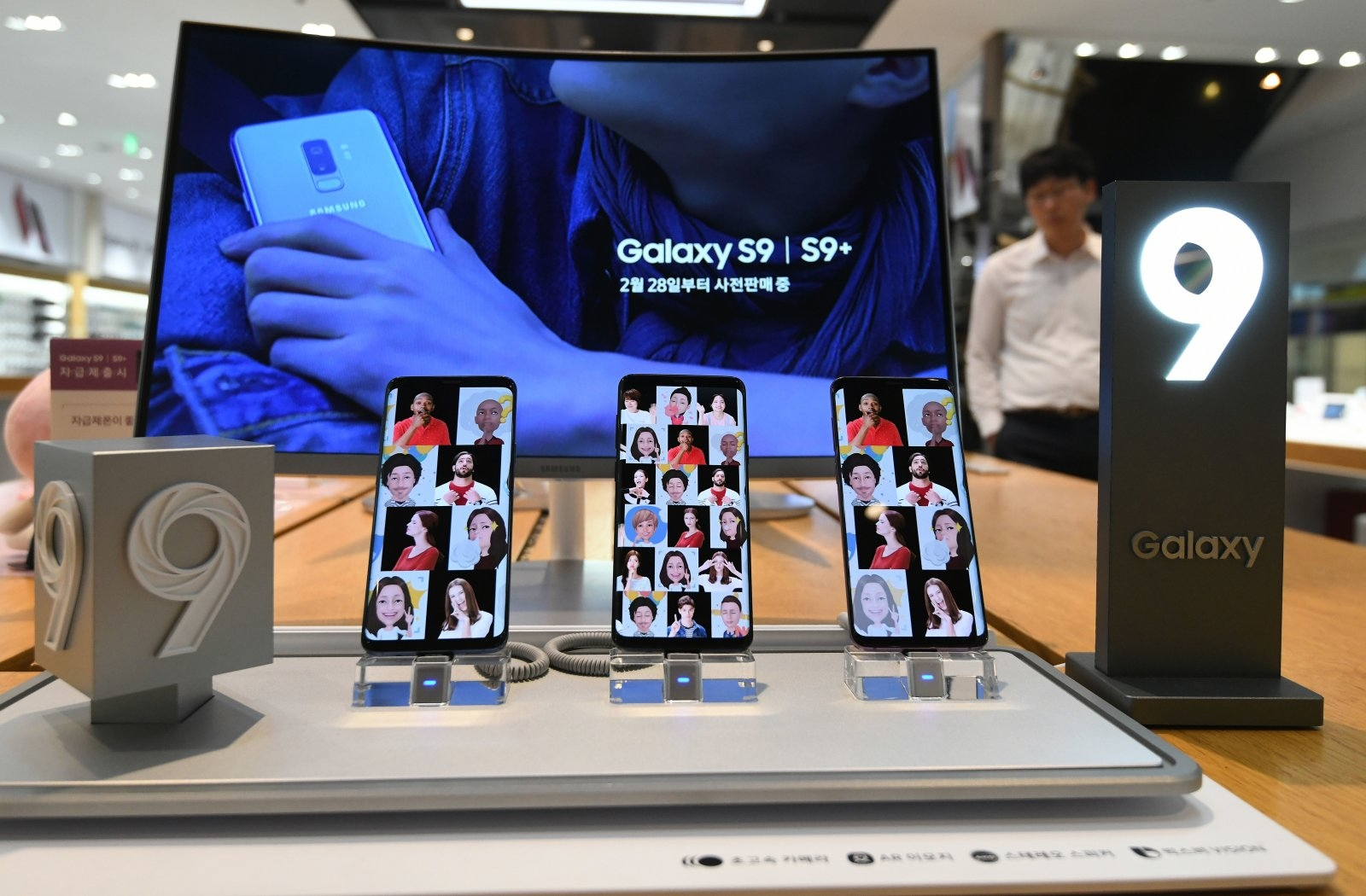A man walks past a display for Samsung Galaxy S9 smartphones at the company's showroom in Seoul on July 31, 2018. - Samsung Electronics on July 31 reported a 0.1 percent dip in its second quarter net profit from a year earlier, blaming slower global sales of premium smartphones that dented demand for its flagship Galaxy device. (Photo by Jung Yeon-je / AFP)        (Photo credit should read JUNG YEON-JE/AFP/Getty Images)