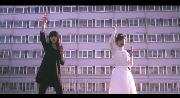 美女2人がシュールなダンスを踊る!フレデリックの新曲MVが中毒性高すぎる【動画】