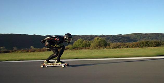 Schnellster Skateboarder ist mit 95 km/h unterwegs (elektrisch)