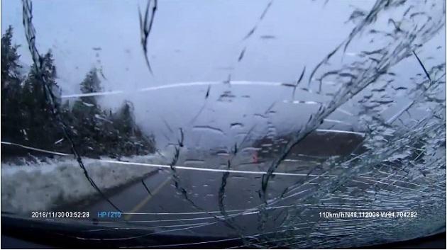 【ビデオ】トラックから落下した雪の塊が、横を走っていたクルマのフロントガラスに直撃!