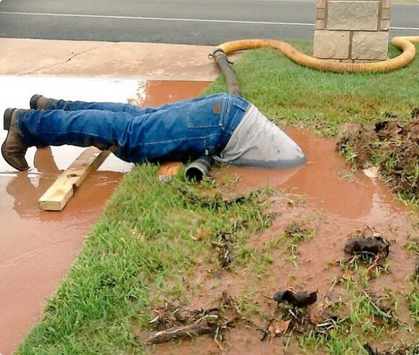 ある職員の水道管を修理をする「頑張りすぎな姿」が話題に