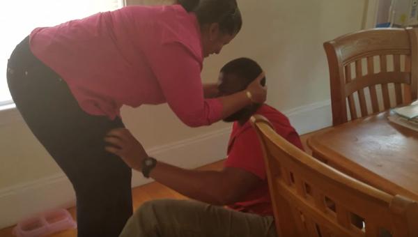 【感動サプライズ】10年ぶりに母親と再会した息子、あまりの嬉しさに泣き崩れる動画が話題に