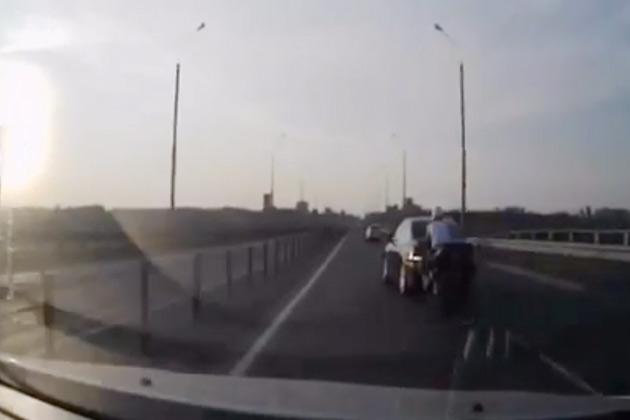 【ビデオ】まさに奇跡! 猛スピードで後からクルマにぶつかったライダーの運命は?