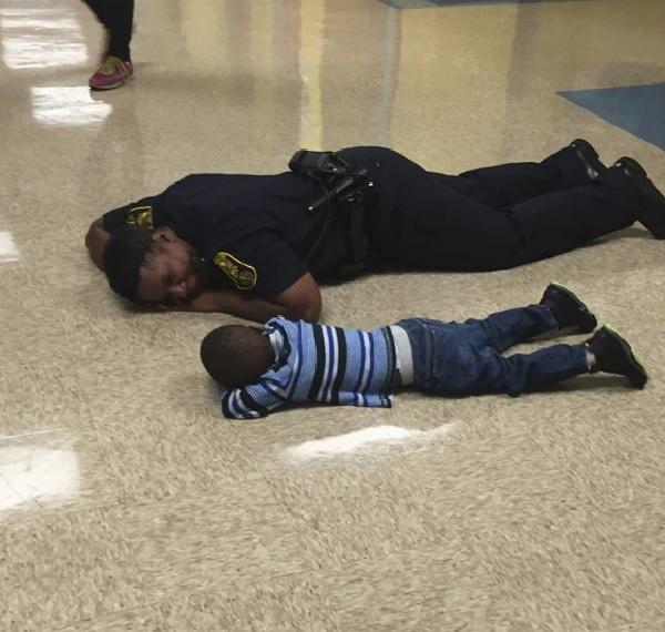 【ほっこり】一緒に寝そべってご機嫌斜めの子供をあやす警官の対応に称賛の声