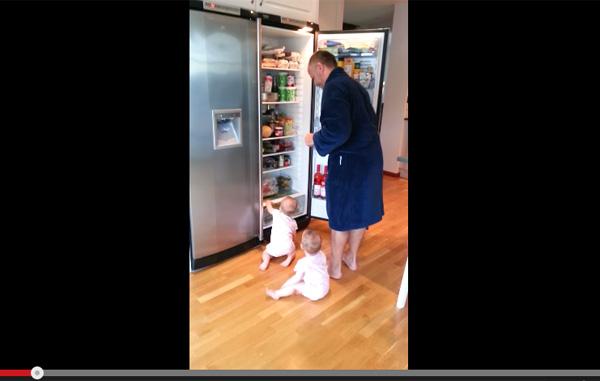 朝食の準備をジャマする双子の赤ちゃん→可愛いすぎて怒れない