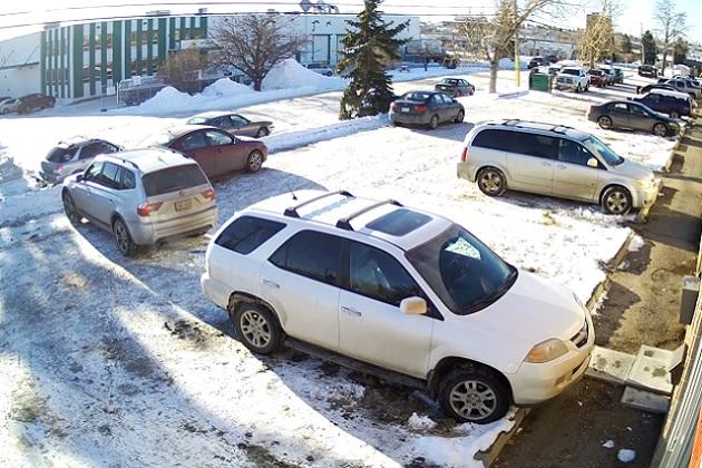 【ビデオ】こんなに下手な駐車は見たことがない? 永遠と切り返しを続ける女性ドライバー
