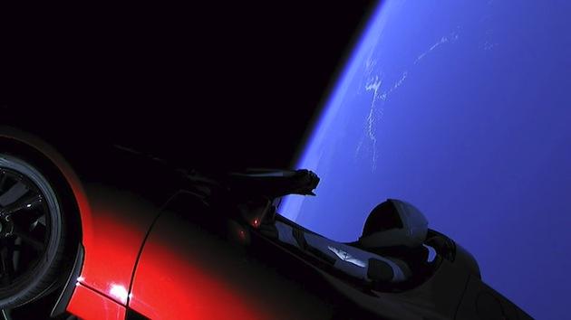 赤いテスラ「ロードスター」が宇宙をひた走る! SpaceXがFalcon Heavyの初打ち上げに成功