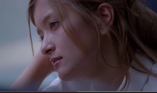 ローラの瞳からこぼれ落ちる綺麗な涙