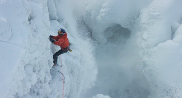凍結したナイアガラの滝、氷の断崖絶壁を登る男の挑戦がスゴすぎる【動画】