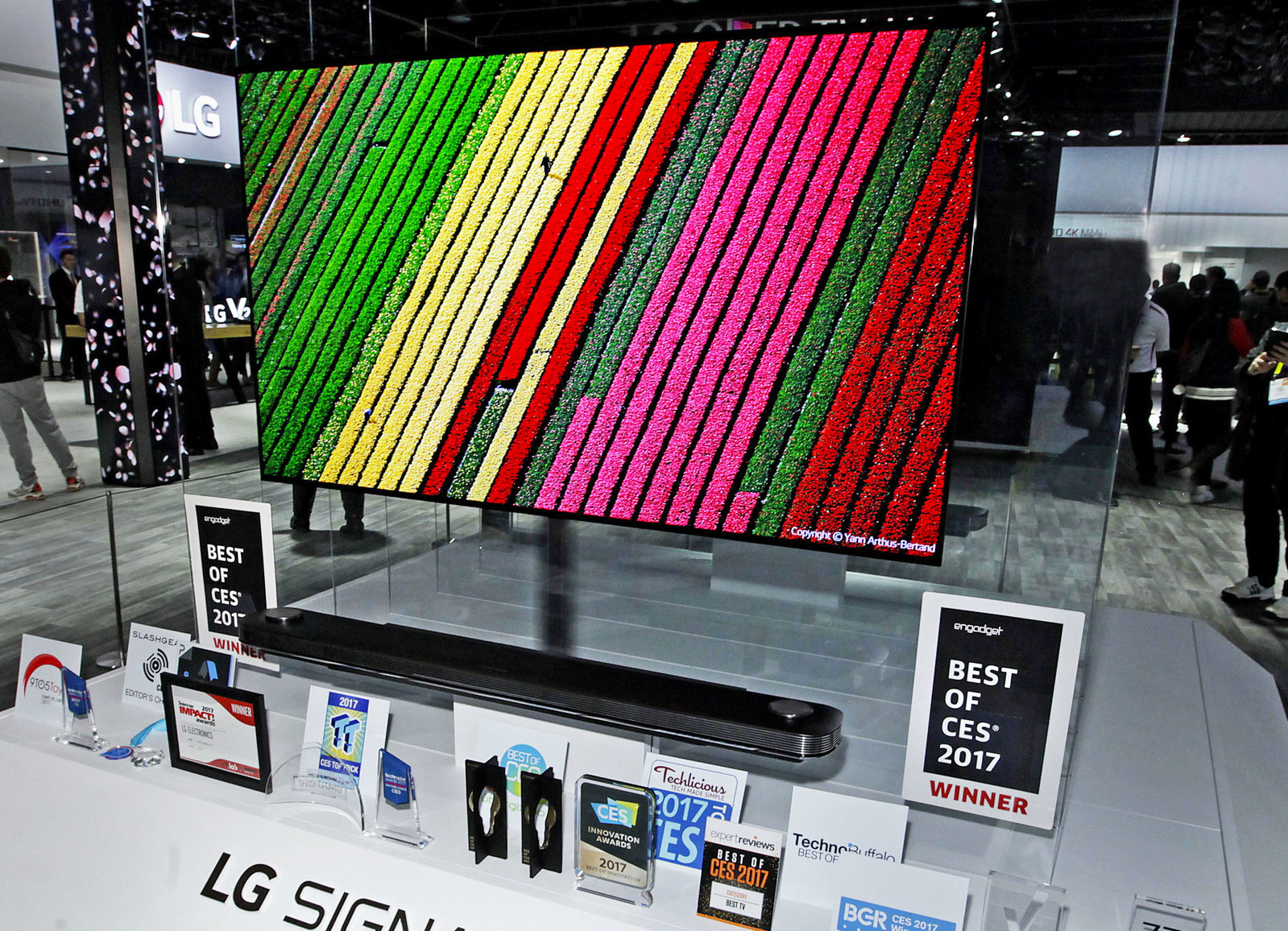 """El LG W7 """"Wallpaper"""" de 77 pulgadas cuesta nada menos que 20.000 dólares"""