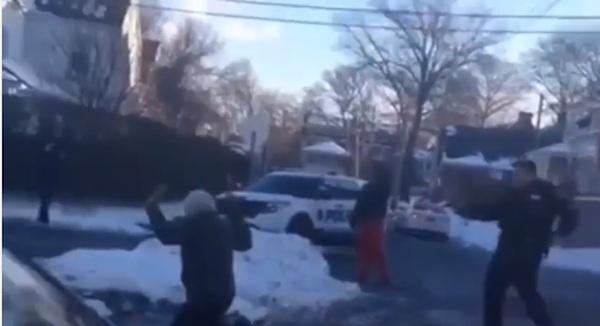 雪合戦する少年グループに銃を突きつけた警官が怖すぎると話題に【動画】