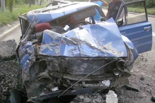 【ビデオ】ウクライナで道路にミサイルが激突! クルマも巻き添えに