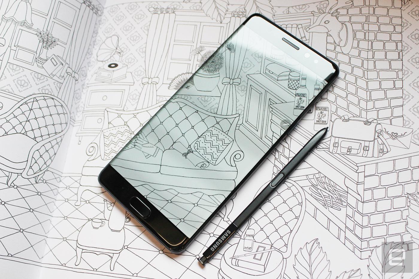 小编以上说的新功能、界面改变什么的,都是有可能随软件更新而加入到其他 Galaxy 手机。不过这段要说的,就是只有配合 Note 系列独有的 S-Pen 才能用的功能了。先从硬件说吧,用于 Note 7 的 S-Pen 是重新设计过的,因为它需要配合手机而同样有着 IP68 的抗水防尘设计,理论上是能在水里使用,只是有谁会这样用呢?或许是雨中写字吧。有关 S-Pen 设计中,最重要的当然是保留了那治愈人心的机械式笔顶按键(咔咔咔咔咔咔咔咔咔咔)。另外,笔身上的按键也上移至较接近中央的位置,更方便于使用者