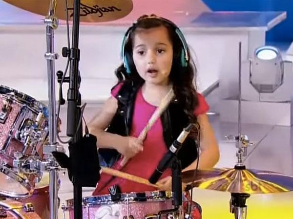 6歳の天才少女がAC/DC、メタリカ、パール・ジャム、システム・オブ・ダウンなどをパワフルに叩きまくる!【動画】