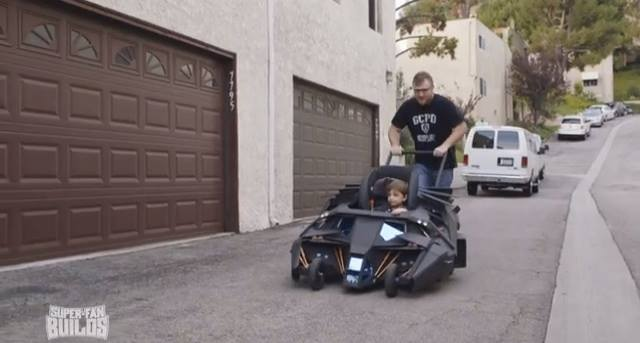 バットマン大ファンの親父が息子に「バットモービル」ベビーカーを製作、ガチすぎると話題