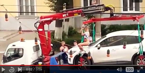 ロシア美女がレッカーされた車を取り戻すためストリップを始める!