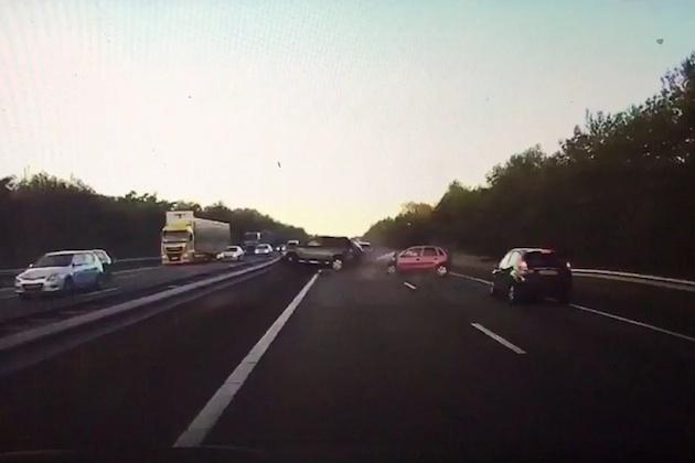 【ビデオ】テスラの「オートパイロット」システムが、前方で起こる衝突事故を事前に予測してドライバーに警告!
