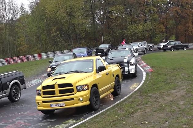 【ビデオ】1,152台の「ラム」ピックアップ・トラックが、ニュルブルクリンク北コースをパレード!