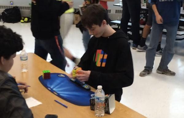 秒速の男!14歳の少年がルービック・キューブ大会で5秒の壁を破り世界王者に!【動画】