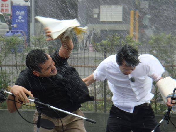 人気お笑いコンビ「デニス」が超暴風雨に初挑戦した動画がバカすぎる