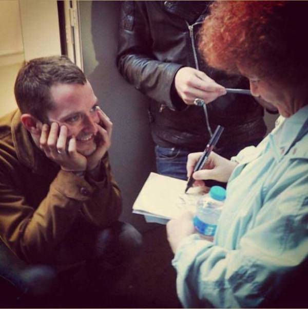 10 Celebs Getting Autographs From Other Celebs