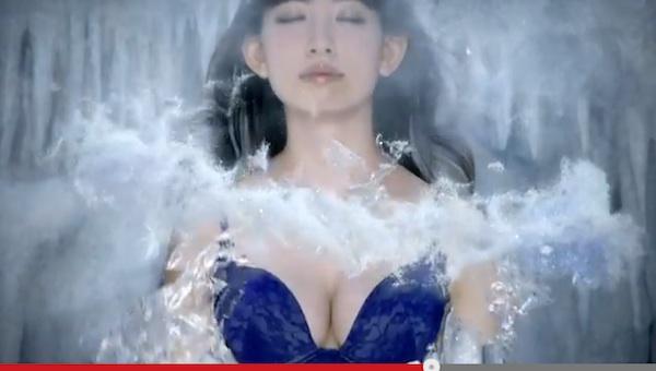 「下着アイドル」ことAKBこじはるのアナ雪風CMが話題 「谷間最強」「下着と水着のイメージ」