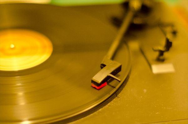 クリス松村の音楽マニアぶりがスゴすぎると話題に 総額1億円以上!2万枚のコレクション