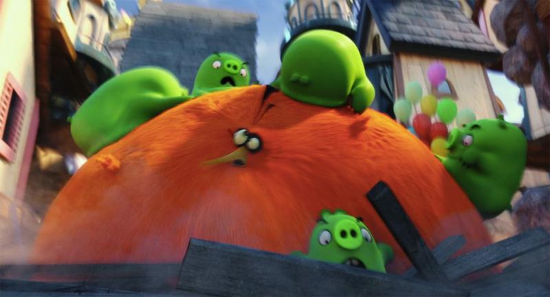 前園真聖の声を探せ! 『アングリーバード』膨らむ鳥・バブルスがピッグ軍団にブチ切れる本編映像到着