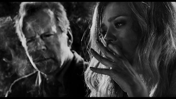 『シン・シティ』続編で悲しみのストリッパー、ジェシカ・アルバが吸いまくるタバコが話題