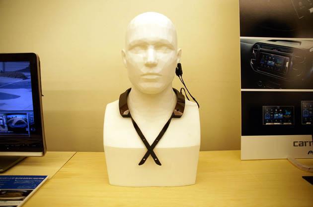 首に掛けて耳に挟めばOK!? グッドデザイン賞を受賞した安全運転支援デバイスとは!?
