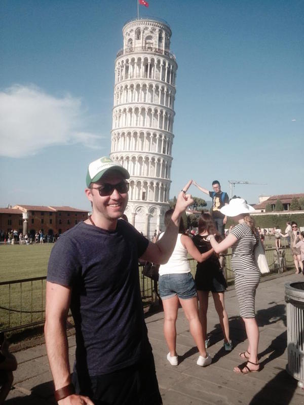 Guy Uses Tourists At The Leaning Tower Of Pisa As Hilarious Props