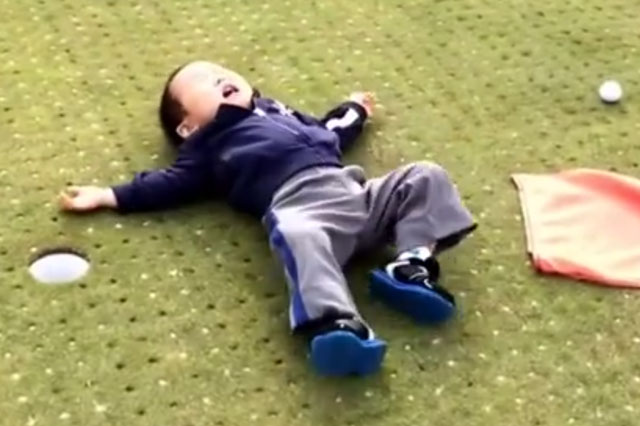 Mini-golfer's mega tantrum as he misses putt (video)